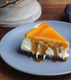 Pecan Crust Cheesecake with bourbon caramel sauce Savory Cheesecake, Fluffy Cheesecake, Caramel Cheesecake, Cheesecake Recipes, Dessert Recipes, Cold Desserts, Just Desserts, Bourbon Caramel Sauce, Greek Sweets