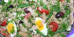 Pastasalat inspireret af den franske klassiker, salat nicoise. Med bl.a. æg, tun, bønner og oliven.