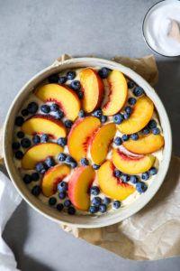 Ein Rezept für sommerlichen Pfirsich-Blaubeer Kuchen aus einfachem Rührteig mit griechischem Joghurt
