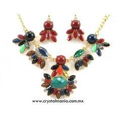 Set de collar y aretes en tono dorado con cristales y detalles en diferentes tonos estilo 30536