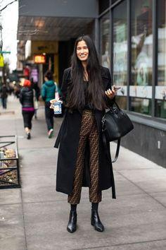 Tous les conseils pour bien choisir ton manteau et comment le porter avec style ! Tous les conseils & idées de tenues sont dans cet article ! #tenuefemme40ans #blogmodefemme40ans #tenuestylée #élégante #manteaunoir #pantalonfendi #boots