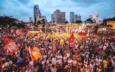 """Pacífico, """"Ato em defesa da democracia – a saída é pela esquerda"""", marchou por algumas vias da capital paulista, em protesto contra contra o que chamam de """"golpismo"""" patrocinado pela emissora."""