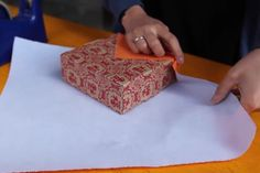 With this hack you'll be able to neatly wrap your gifts within seconds! We're probably not the only ones who have to do most of our Christmas shopping Christmas Gift Wrapping, Christmas Gifts, Household Tips, Christmas Hacks, Lifehacks, Plastic Cutting Board, Crafty, Wraps, 30 Seconds
