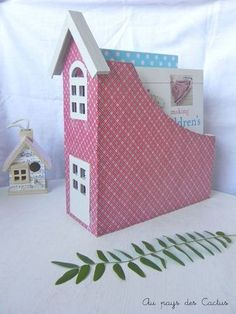 birdhouse for the office                   http://www.lemeilleurdudiy.com/diy-porte-revues-en-maisonnette/