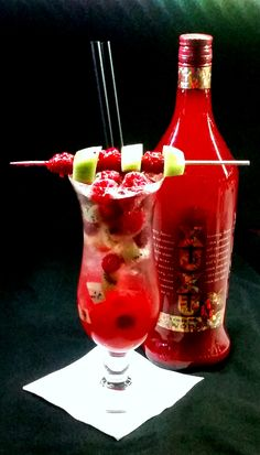 Berry Secco 3cl XUXU Strawberry Vodka, 2 cl De Kuyper Kiwilikör, 2cl Giffard raspberry syrup, 13 cl Prosecco