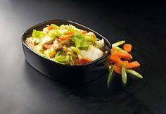 Asiatisk lækker ret! Kylling chop suey der serveres med kogte løse ris.