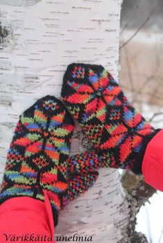 Värikkäitä unelmia: Lisää lapasia Knit Mittens, Knitting Socks, Knit Socks, Scandinavian Art, Fair Isle Knitting, Nordic Style, Surface Pattern, Knitting Patterns, Gloves