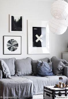 olohuone,taulut,sohva,riisipaperipallo,harmaa sohva