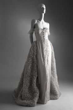 Valentino Haute Couture - Romantic evening gown in silver grey silk, lace, and organdie, worn by Claudia Schiffer as a wedding gown in the 1995 Haute Couture show in Paris Couture Mode, Style Couture, Couture Fashion, Valentino Garavani, Valentino Gowns, Valentino Couture, Valentino Bridal, Vintage Outfits, Vintage Gowns