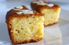 Egy könnyű kevert tészta, amit sütés után pikáns sziruppal kell nyakon önteni - röviden ez a lényege a görögök egyik kedvenc édességének, a darasütinek (Ravani Greek Cake). Tortaformában és közepes tepsiben is megsüthetjük. Többféle recept van forgalomban, az összetevőket tekintve a takarékos változatot ajánljuk. Hozzávalók 1,5 bögre cukor (vagy 2,5 dl-es pohár) 1,5 bögre finomliszt 2 és 1/4 bögre búzadara 4 tojás 2 pohár natúr joghurt 1 evőkanál szódabikarbóna 1 csipet só 1 citrom reszelt…
