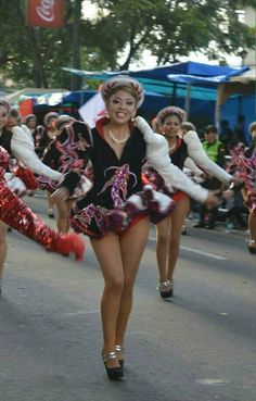 Beautiful Caporales dancers smile for the camera! South American Girls, American Girl Dress, Venezuelan Women, Carnival Girl, Beautiful Latina, Great Legs, Showgirls, Samba, Pretty Girls