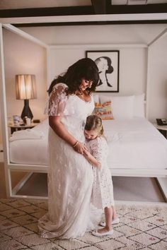 Bride and Flower Girl Flower Girl Outfits, Flower Girls, Bride Pictures, Wedding Bride, Wedding Dresses, Wedding Photography, Photography Ideas, Real Weddings, Wedding Photos