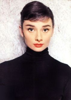 Audrey Hepburn makes a black turtle neck look like the most elegant, beautiful, sexy thing ever. Proof that you don't have to dress skanky to look GREAT. Shades Of Brunette, Brown Hair Shades, Golden Age Of Hollywood, Old Hollywood, Audrey Hepburn Born, Trendy Haircuts, Short Haircuts, British Actresses, Classic Beauty