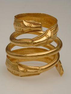 Brăţară spiralată cu capete de lup, confecţionată din aur şi datată între 200-300 e.n., aflată la Muzeul Naţional de Istorie din Stockholm, Suedia