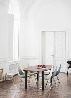 Efter mere end 50 års vinterhi er Dråben nu tilbage! Stolen blev designet af Arne Jacobsen i 1958 som en del af hans legendariske mesterværk, SAS Royal Hotel i København.
