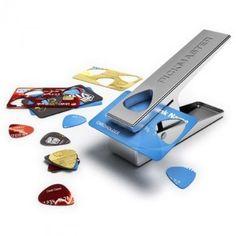Cómo convertir su tarjeta de crédito en púas de guitarra Dentro del mundo del reciclaje aparecen ideas tan originales como ésta. El aparato puede utilizarse para fabricar púas de guitarra con las tarjetas de crédito caducadas.
