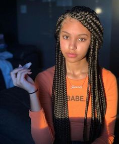 All styles of box braids to sublimate her hair afro On long box braids, everything is allowed! For fans of all kinds of buns, Afro braids in XXL bun bun work as well as the low glamorous bun Zoe Kravitz. Blonde Box Braids, Black Girl Braids, Braids For Black Hair, Girls Braids, Braids For Black Women Box, African Braids Hairstyles, Girl Hairstyles, Braided Hairstyles, Hairstyles Pictures