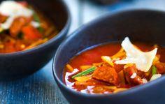 1. Leikkaa makkara hyvin pieniksi kuutioiksi. Silppua sipulit. Ruskista makkaroita ja sipuleita öljytilkassa hetki, lisää pyree ja chilimurska. Kuumenna hetki. 2. Keitä tomaatteja ja lihalientä kattilassa viitisen minuuttia. Lisää makkaraseos ja keitä pari minuuttia. Lisää lopuksi pavut ja balsamico, ja kuumenna keitto kiehuvaksi. Mausta suolalla ja pippurilla. Silppua pinnalle reilusti persiljaa.