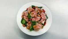 Spinaziesalade met rauwe ham en noten