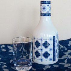 Presente útil e decorativo esta moringa em porcelana e vidro. Estampa de azulejos azuis com ares lusitanos.  Material: porcelana (moringa) e vidro (copo)  Capacidade: 200ml (copo) + 720 ml (moringa)  Produto nacional