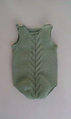 Y esta monería se va para Rafi Baby Boy Knitting Patterns, Knitting For Kids, Knitted Baby Clothes, Knitted Romper, Baby Outfits, Kids Outfits, Tricot Baby, Romper Pattern, Baby Pants