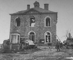 Abandonné 111 Panther et Sherman Jumbo à proximité de l'hôtel de ville à La Gleize. Abandoned Panther 111 and Sherman Jumbo nearby the town hall in La Gleize.