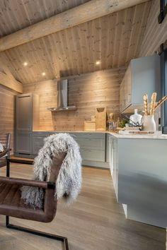 Small Cabin Interiors, Log Home Interiors, Küchen Design, House Design, Contemporary Cabin, Wood Interior Design, Cabin Kitchens, Hygge Home, A Frame Cabin