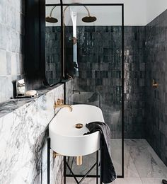 Why white tiles ? Beautiful with marble and this irregular black - dark grey tiles. Contrasts. And brass. Picture from @decus_interiors