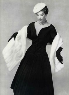 1954 - Christian Dior Dress with stole Moda Vintage, Vintage Dior, Vintage Couture, Vintage Glamour, Vintage Beauty, Vintage Dresses, Vintage Outfits, Vintage Hats, 1950s Dresses