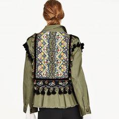 ¿Quieres añadir color a tus looks de entretiempo? Aquí tenemos la prenda estrella para hacerlo, la chaqueta bordada. Con tu toque moderno, sus detalles flora...
