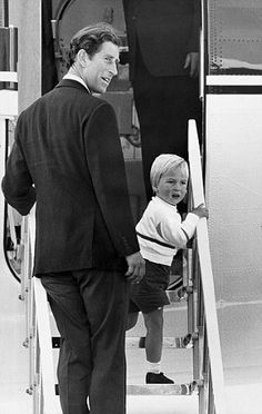 September 1984 ~ Prince William, flanked by Prince Charles, board the Queen's Flight plane at Aberdeen Airport in Scotland for the journey back to London, after a holiday in Balmoral. Prince William And Harry, Prince Charles And Camilla, Charles And Diana, Prince And Princess, Princess Kate, Eugenie Of York, Prinz William, Isabel Ii, Young Prince
