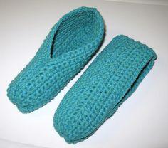 Pantoufles simples au crochet Plus Loom Knitting, Knitting Patterns, Crochet Patterns, Knitted Slippers, Slipper Socks, Leather Apron, C2c Crochet, Crochet Winter, Crochet Projects