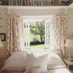 Eye For Design: Create Cozy English Cottage Rooms With Floral Chintz Fabric. I really love the idea of book's above the bed💖 English Cottage Bedrooms, English Cottage Interiors, English Cottage Style, English Interior, English Country Decor, English Cottages, Country Cottage Bedroom, English Bedroom, French Country