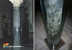 Dentro de nuestra Mezquita-catedral de Córdoba nos deslumbra un bosque de columnas, llenas historias, leyendas y tradiciones.  ¿Conocéis esta columna de la primitiva #mezquita de Almanzor? En ella era costumbre pasar la mano o incluso rasgar con una moneda dejando una marca grabada sobre ella, Pero... ¿Sabríais decirnos el por qué de esta curiosa tradición? 🤔 #QueverenCórdoba #HistoriasdeCórdoba #LeyendasdeCórdoba #MezquitadeCórdoba