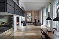 Canal House, loft historique situé sur l'un des canaux d'Amsterdam, a été récemment rénové par Houtwerk BV et Witteveen Architecten. L'intérieur utilise un matériau contemporain HI-MACS® (pierre acrylique) jumelé avec des éléments d'origine du lieu, comme les murs de briques et les colonnes, créant un ensemble confortable au style industriel. La plupart des pièces sont revêtues d'un plancher en bois clair tandis que la mezzanine est bordée de panneaux métallique noirs tout comme…