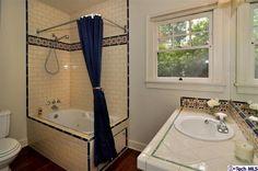Compact corner bathtub