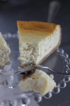 """Cheesecake à la ricotta & au citron d'après Julie Andrieu.... Vous le savez je suis une grande fan des recettes de Julie Andrieu. Alors c'est tout naturellement que son ouvrage """"all my best"""" est venu rejoindre mes étagères ;) Premier extrait gourmand, ce cheesecake à la ricotta qui change des versions classiques..."""