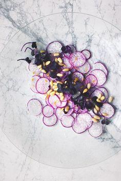 Art salad - &salad - & Artistic Heart Postcard carpaccio: shaved purple radishes with radish sprouts, pine nuts, lemon zest. Think Food, Love Food, Food Plating Techniques, Purple Food, Purple Yam, Plate Presentation, Purple Party, Dog Snacks, Edible Art