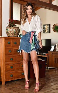 12 looks com um toque fashionista para copiar de Thássia Naves. Camisa branca, saia jeans desfiada, lencinho colorido na cintura, sandália de duas tiras vermelha