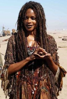 Naomie Harris as Tia Dalma/ Calypso- Pirates of the Caribbean Calypso Pirates, Larp, Tia Dalma, Voodoo Costume, Voodoo Halloween, Halloween Costumes, Halloween Inspo, Pirate Costumes, Estilo Tribal