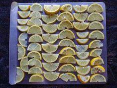 Congela una bolsa llena de limones en trozos para que siempre tengas a mano