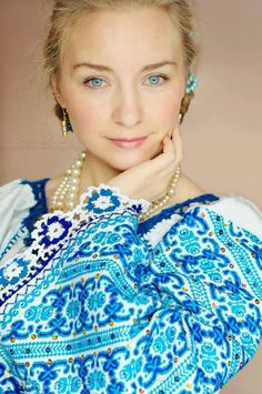 Romanian folkloric style - I love folk looks - very fun and boho-hippie Folk Fashion, Ethnic Fashion, Pierre Turquoise, Ethno Style, Folk Embroidery, Floral Embroidery, Embroidery Patterns, Exotic Beauties, Embroidered Clothes