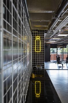 Image 38 of 53 from gallery of Estúdio Pretto / Arquitetura Nacional. Photograph by Marcelo Donadussi Fitness Design, Gym Design, Contemporary Building, Contemporary Design, Industrial House, Vintage Industrial, Dance Studio Design, Gym Interior, Interior Ideas