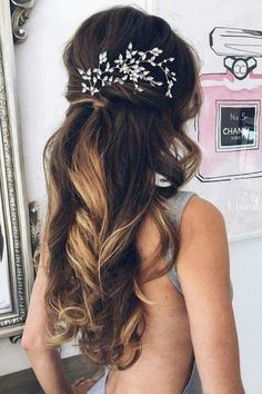 Wedding Hair Down From soft romantic waves to messy updos and intricate braids. Beautiful wedding hairstyle Get inspired by fabulous wedding hairstyles,wedding hairstyle Wedding Hair Down, Wedding Hair And Makeup, Hair Makeup, Wedding Bride, Wedding Curls, Wedding Beauty, Mod Wedding, Brown Wedding Hair, Bridal Hair Down