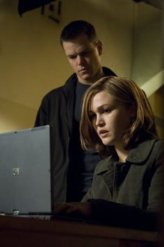 """Julia Stiles (1981- , age 26) as Nicky Parsons and Matt Damon (1970- , age 37) as Jason Bourne in """"The Bourne Ultimatum"""", 2007 #actor #still"""