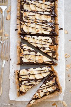 This No-Bake Chocolate Banana Tart has an easy date crust, filled with creamy ch.This No-Bake Chocolate Banana Tart has an easy date crust, filled with creamy chocolate ganache and sliced bananas! This quick and simple recipe is only has five Beaux Desserts, Köstliche Desserts, Gluten Free Desserts, Plated Desserts, Vegan Sweets, Healthy Desserts, Delicious Desserts, Yummy Food, Vegan Snacks