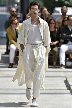 Men& Fashion 📸 - Monochrome and minimalist looks dominate the trends of 🔥 Learn more by clicking on the ima - # Estilo Dandy, Mens Fashion, Fashion Tips, Fashion Design, Fashion Trends, New York Male Fashion, Fashion Styles, Fashion Photo, Issey Miyake Men