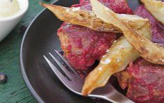 Kæbeklumper med bagte rødbeder, peberrod, ost og syrlige løg i yoghurt  En rigtig herreret... med svinekød, enebær, peberrod og bagte rødbeder.