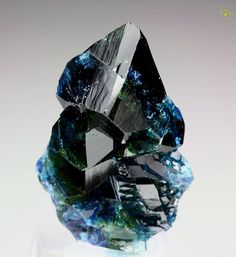 This is what's gonna adorn my big ol' wedding ring Lazulite / Rapid Creek, Dawson Mining District, Yukon Territory, Canada Minerals And Gemstones, Rocks And Minerals, Beautiful Rocks, Mineral Stone, Rocks And Gems, Stones And Crystals, Gem Stones, Healing Stones, Oeuvre D'art