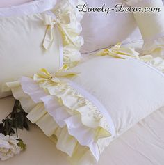 Perfect shabby chic bedding for your farmhouse decor. Perfect shabby chic bedding for your farmhouse decor. Camas Shabby Chic, Shabby Chic Mode, Muebles Shabby Chic, Estilo Shabby Chic, Romantic Shabby Chic, Shabby Chic Living Room, Shabby Chic Bedrooms, Shabby Chic Style, Shabby Chic Decor